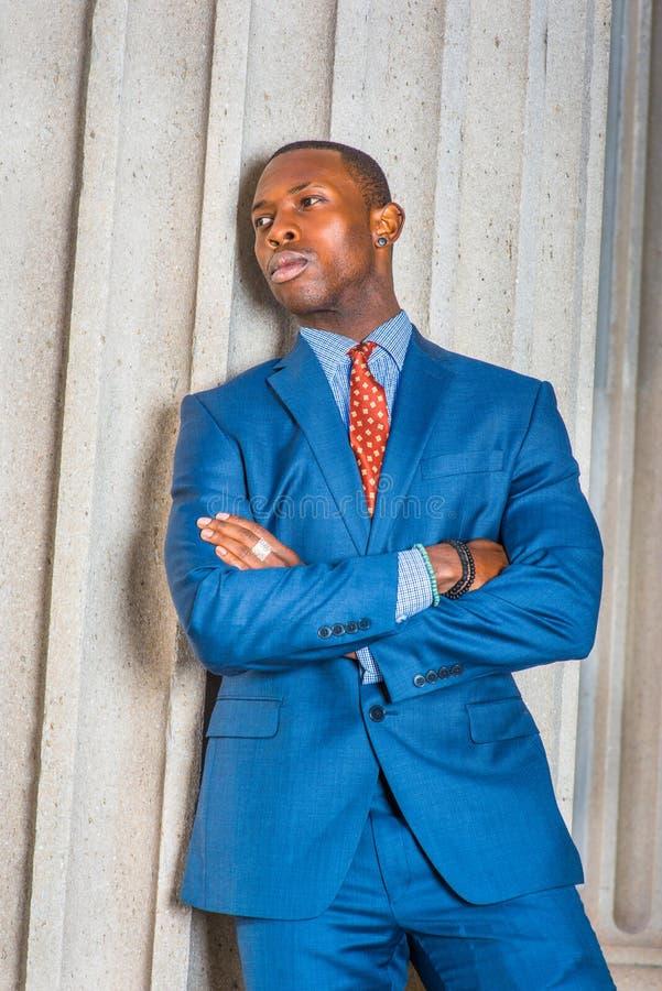 Młody amerykanina afrykańskiego pochodzenia biznesmena główkowanie na zewnątrz biura w Ne obrazy stock