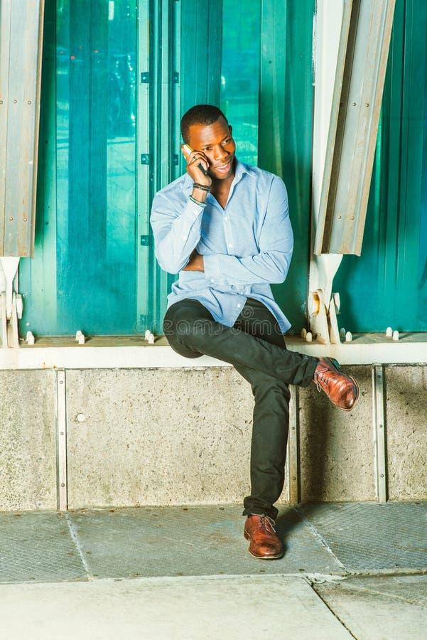 Młody amerykanina afrykańskiego pochodzenia mężczyzna Dzwoni Outside w Nowy Jork obraz stock