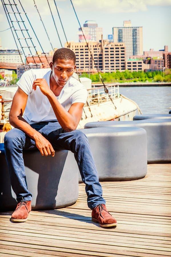 Młody amerykanina afrykańskiego pochodzenia mężczyzna podróżuje w Nowy Jork, myślący outsi fotografia royalty free