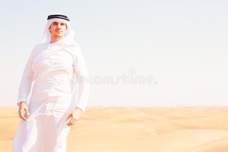 Młody Arabski mężczyzna W pustyni fotografia royalty free
