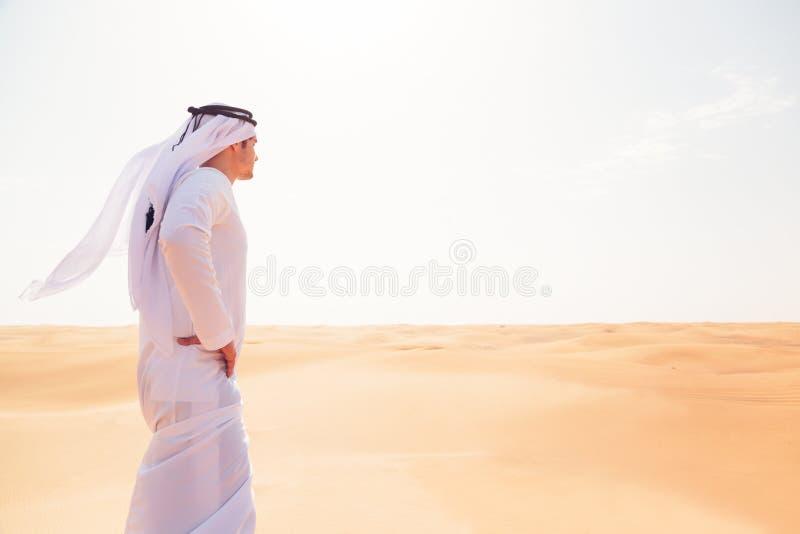 Młody Arabski mężczyzna W pustyni zdjęcia royalty free