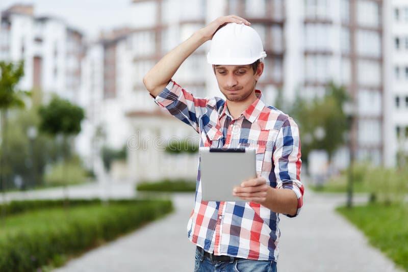 Młody architekt przed budynkiem mieszkaniowym zdjęcie royalty free