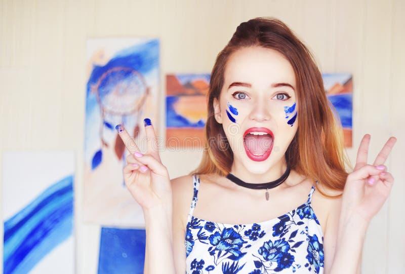Młody artysty obraz Dziewczyna maluje obrazek w domowym studiu Wzorcowy obrazu muśnięcie na sztaludze Zmysłowa kobieta z farbą na zdjęcie royalty free