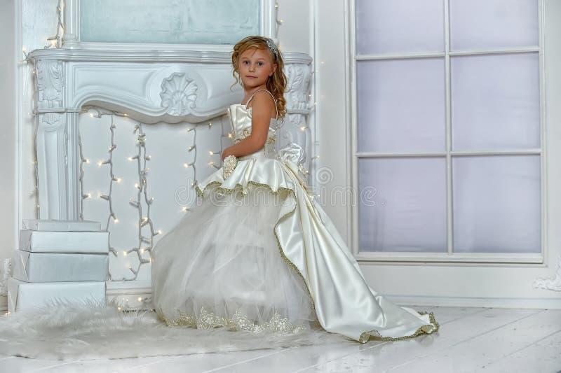 młody arystokrata w mądrze biel sukni obrazy stock