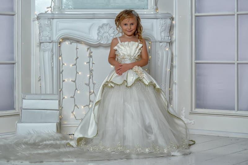 młody arystokrata w mądrze biel sukni obraz royalty free