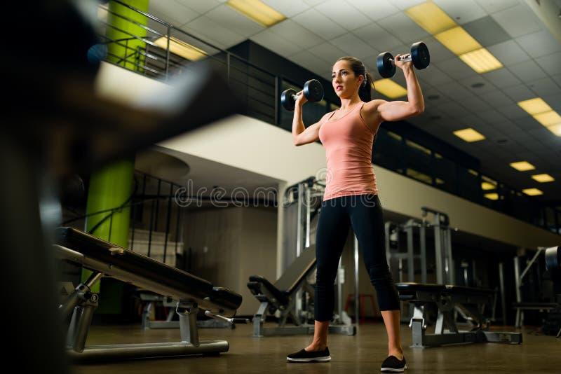 Młody atrakcyjny żeński pracujący out w gym obraz royalty free