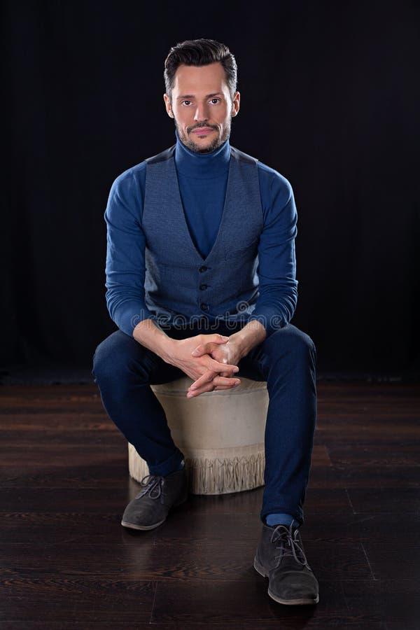Młody atrakcyjny biznesowy mężczyzna, siedzi z rękami krzyżować zdjęcia stock