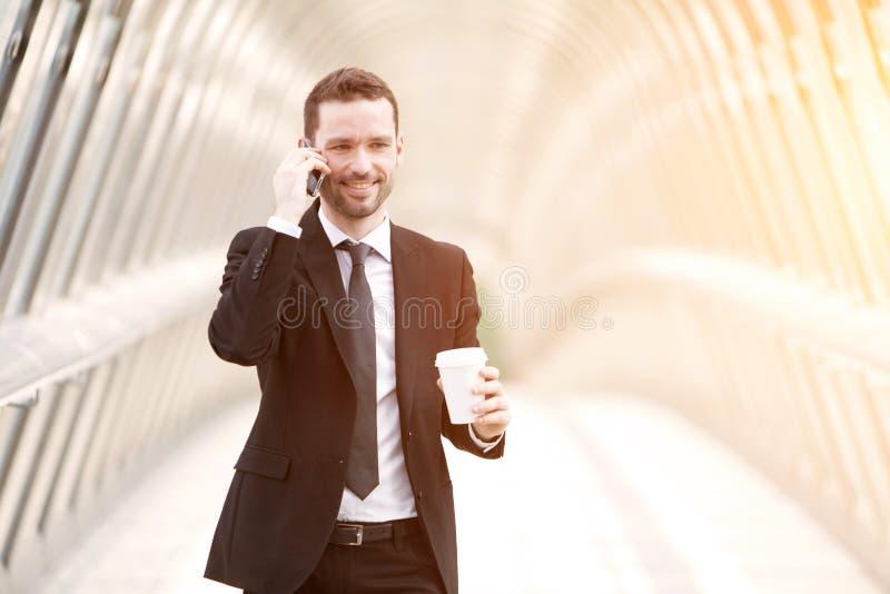 Młody atrakcyjny biznesowy mężczyzna w dzielnicie biznesu zdjęcie royalty free