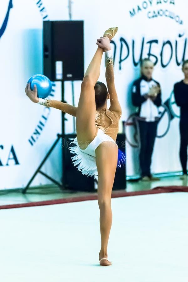 Młody atrakcyjny dziewczyn przedstawień ćwiczenie z piłką obrazy royalty free