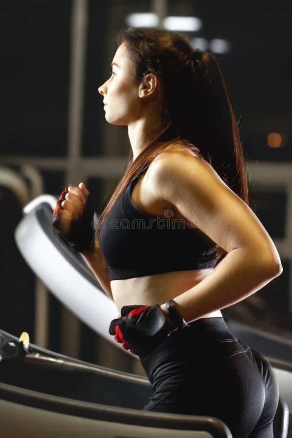 Młody atrakcyjny kobieta bieg na karuzeli obrazy stock
