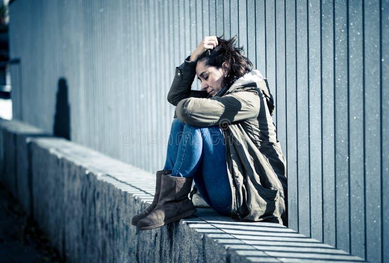 Młody atrakcyjny kobieta płaczu cierpienie od depresji obsiadania obrazy stock