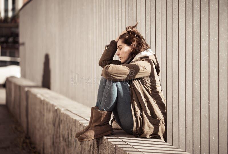 Młody atrakcyjny kobieta płaczu cierpienie od depresji obsiadania zdjęcia stock