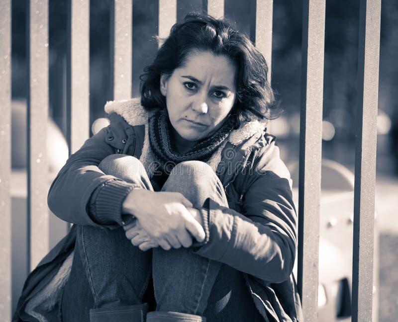 Młody atrakcyjny kobieta płaczu cierpienie od depresji obsiadania obraz royalty free