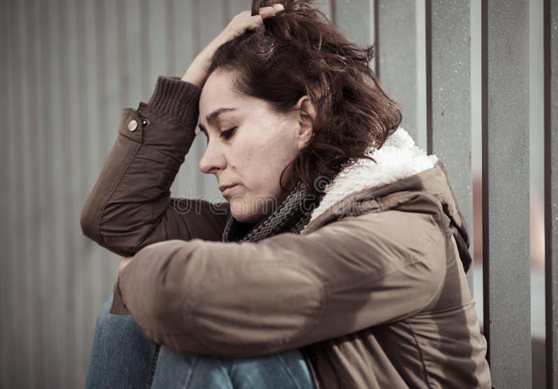 Młody atrakcyjny kobieta płaczu cierpienie od depresji obsiadania fotografia stock