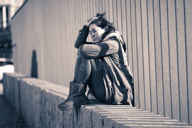 Młody atrakcyjny kobieta płaczu cierpienie od depresji obsiadania fotografia royalty free