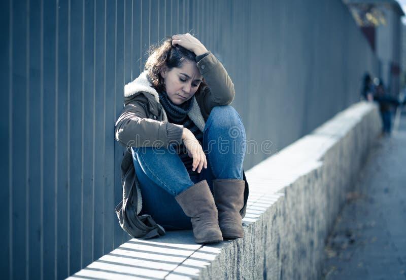 Młody atrakcyjny kobieta płaczu cierpienie od depresji obsiadania zdjęcie royalty free