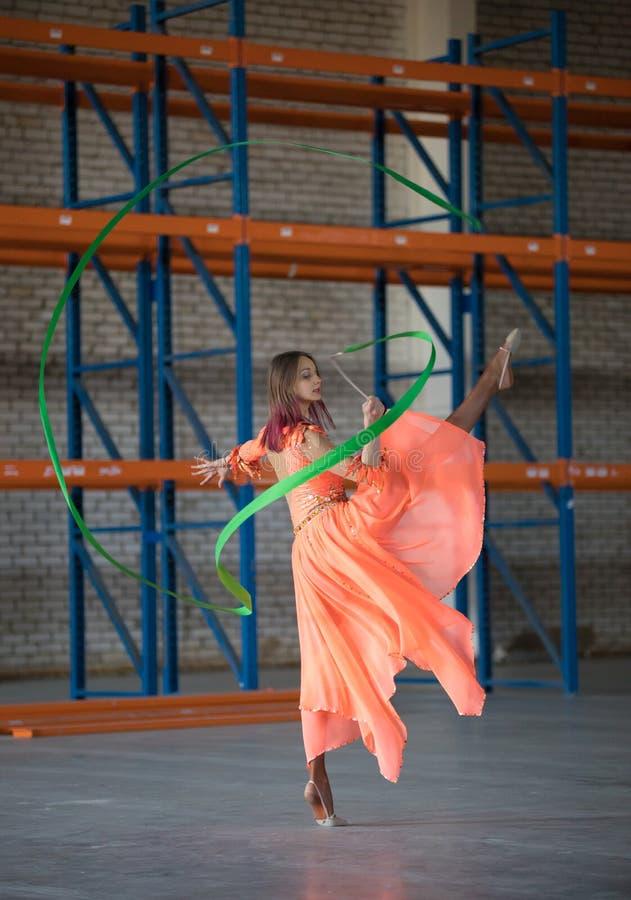 Młody atrakcyjny kobieta taniec z gimnastycznym faborkiem w rękach salowych zdjęcia royalty free