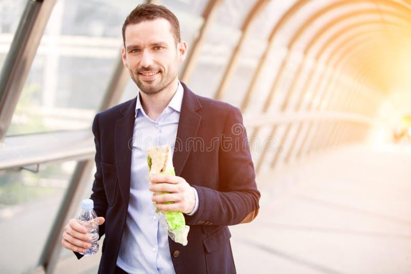 Młody atrakcyjny mężczyzna łasowania post jego lunch obraz royalty free