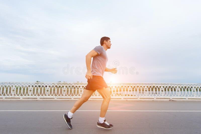 młody atrakcyjny mężczyzna biega outdoors obrazy royalty free