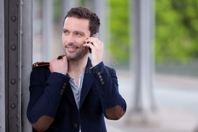 Młody atrakcyjny mężczyzna używa smartphone w Paryż fotografia stock