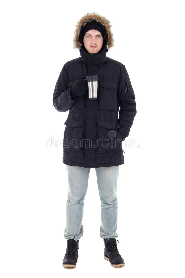 Młody atrakcyjny mężczyzna w czarnej zimy kurtce z kubkiem kawa ja zdjęcie royalty free