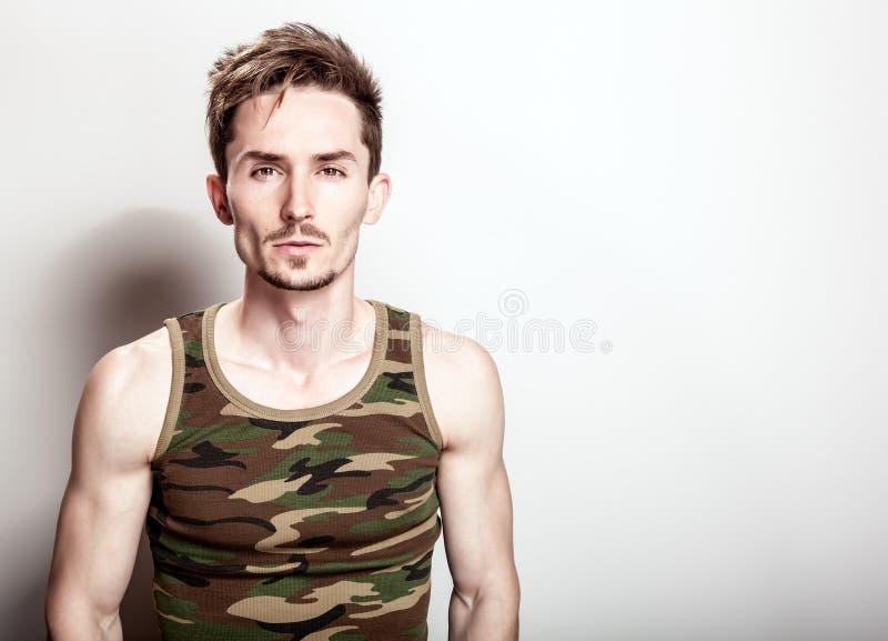 Młody atrakcyjny mężczyzna w wojsko podkoszulku zdjęcia royalty free