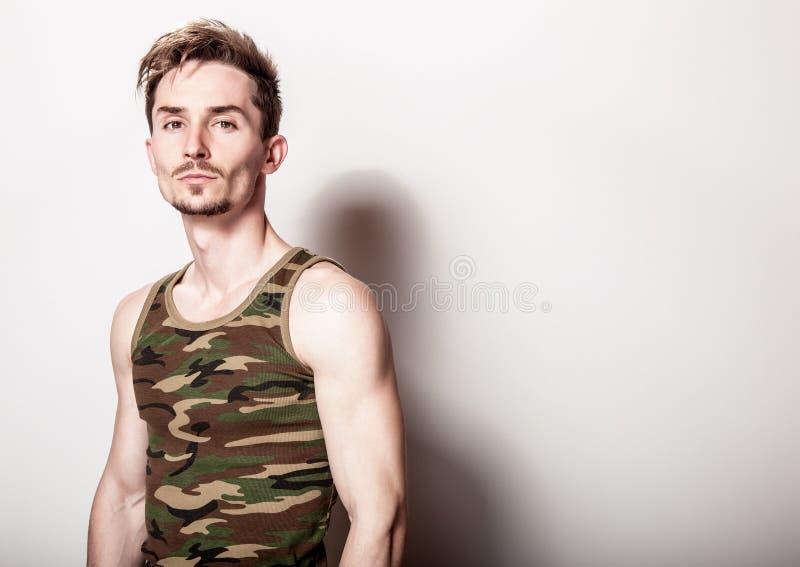 Młody atrakcyjny mężczyzna w wojsko podkoszulku zdjęcie stock