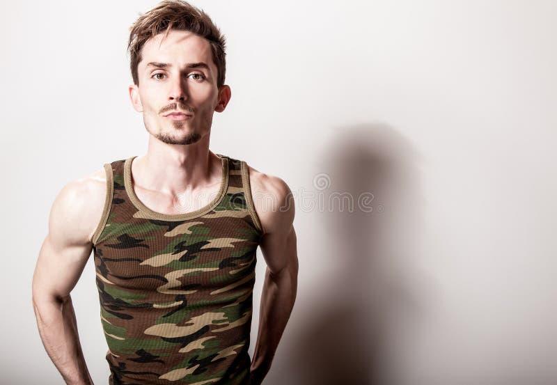 Młody atrakcyjny mężczyzna w wojsko podkoszulku zdjęcia stock