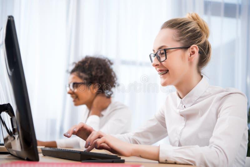 młody atrakcyjny nastolatek dziewczyn studiować zdjęcia stock