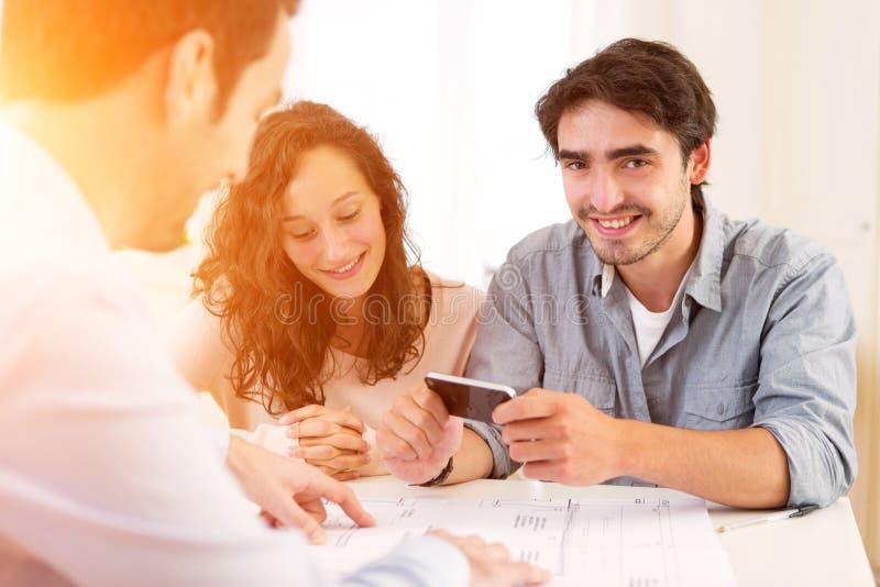 Młody atrakcyjny pary podpisywania kontrakt obrazy stock