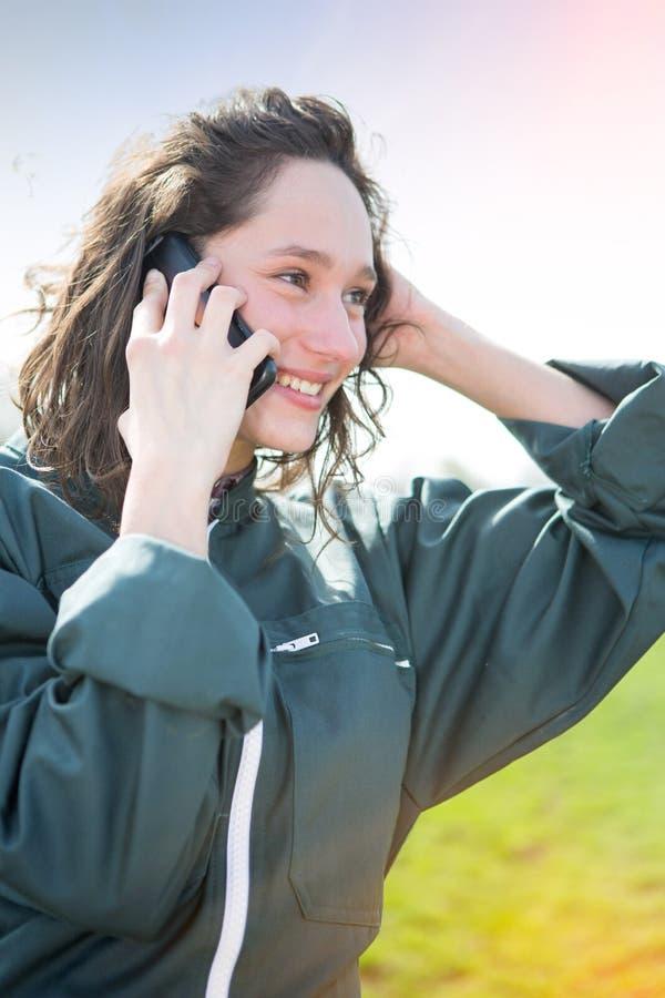 Młody atrakcyjny rolnik w śródpolnym używa telefonie komórkowym zdjęcie royalty free