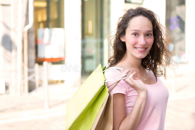 Młody atrakcyjny szczęśliwy kobieta zakupy w mieście zdjęcia royalty free