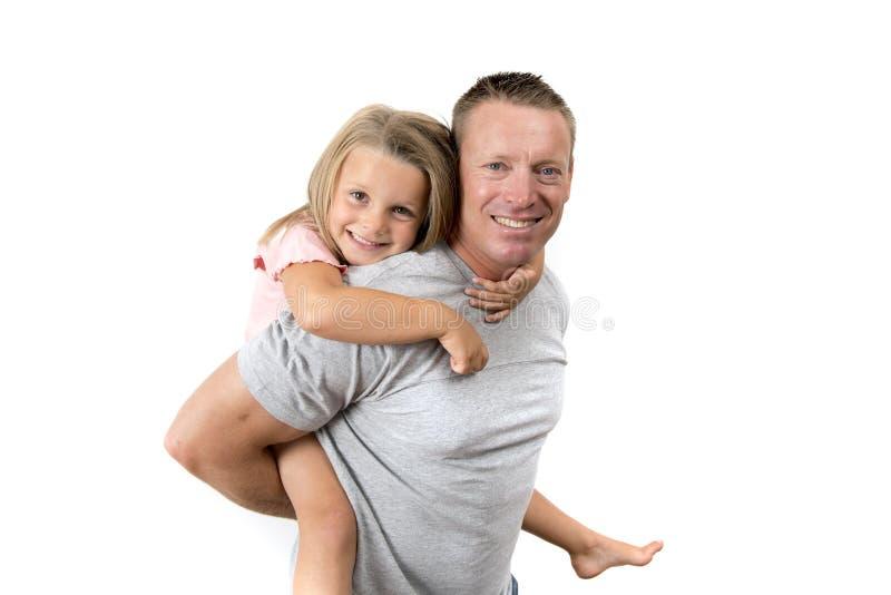 Młody atrakcyjny, szczęśliwy mężczyzna niesie jego słodkiej pięknej 7 lat córki na jego w z powrotem i zdjęcia royalty free