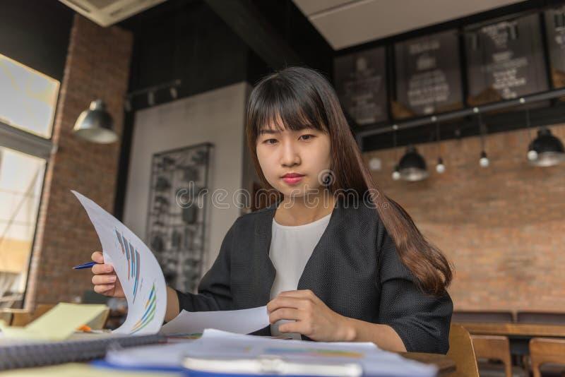 Młody Azjatycki biznesowy pracownika czytania raport obraz stock