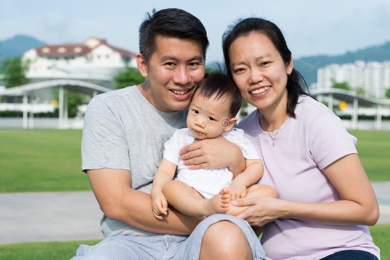 Młody Azjatycki Chiński rodzinny plenerowy obraz stock