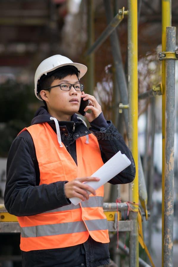 Młody Azjatycki inżynier pracuje na budowie obrazy royalty free