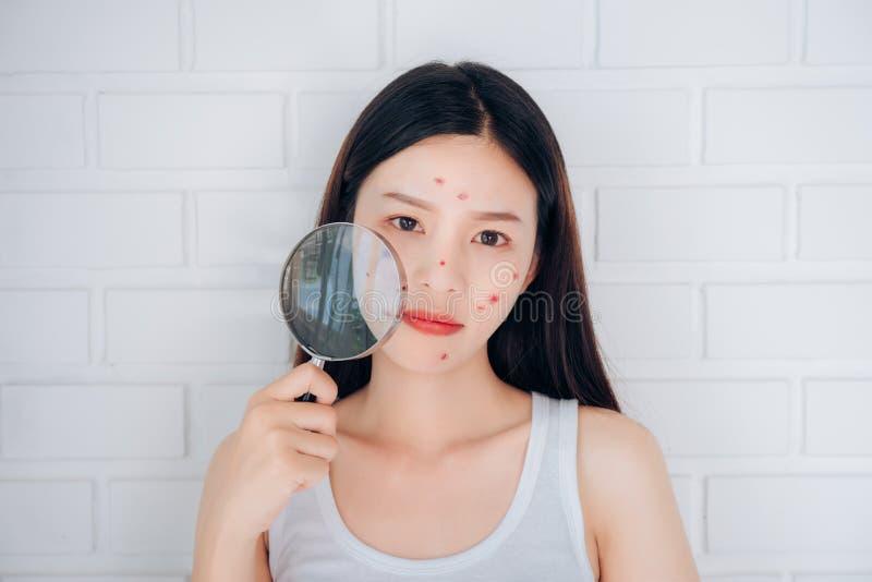 Młody Azjatycki kobiety mienia Powiększać - szkło fotografia royalty free