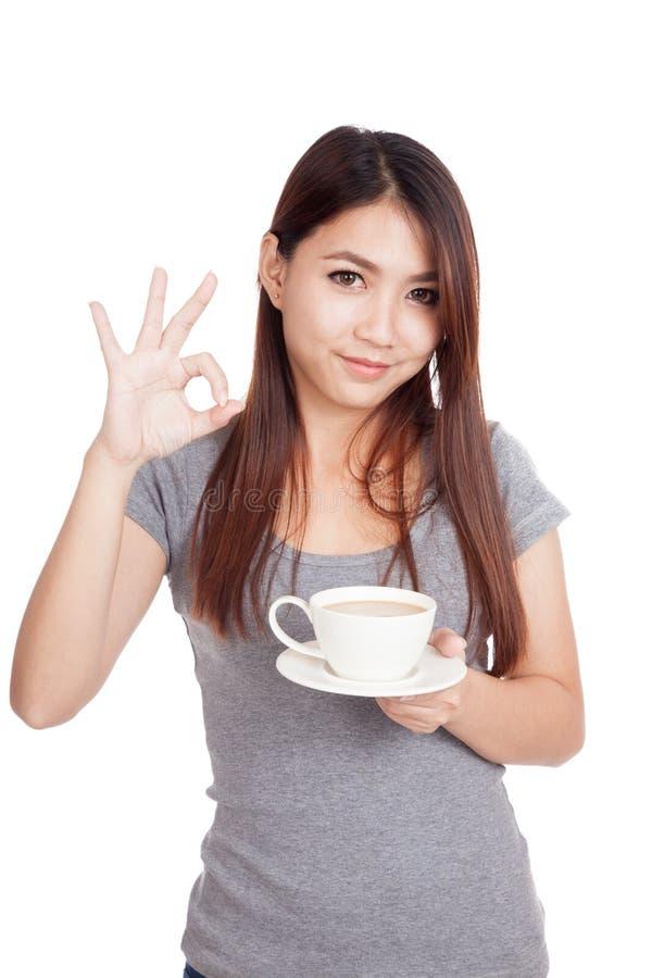 Młody Azjatycki kobiety przedstawienia OK z filiżanką kawy fotografia royalty free