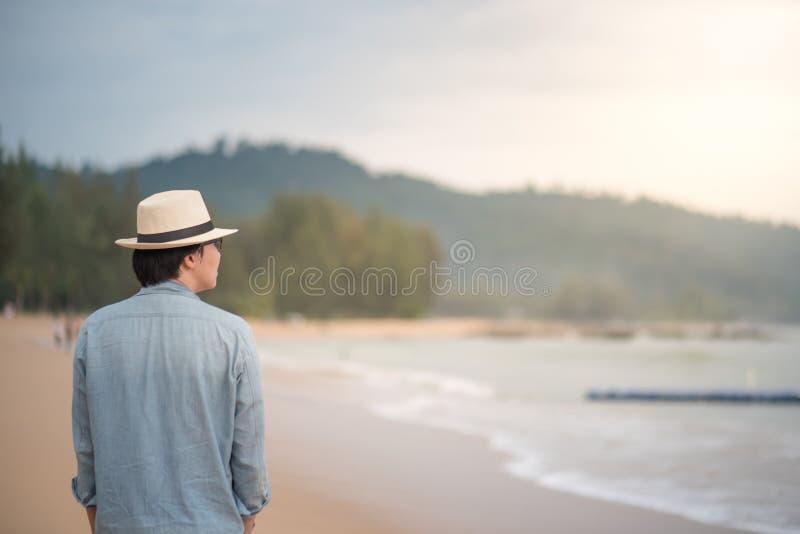 Młody Azjatycki mężczyzna odprowadzenie na plaży fotografia royalty free