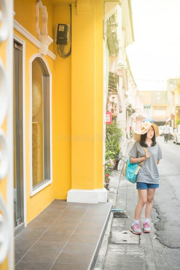 Młody Azjatycki podróżny blogger lub backpacker w mieście Phuket, Tajlandia zdjęcia royalty free