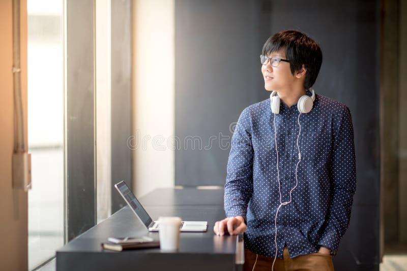 Młody Azjatycki studencki mężczyzna z laptopem fotografia stock