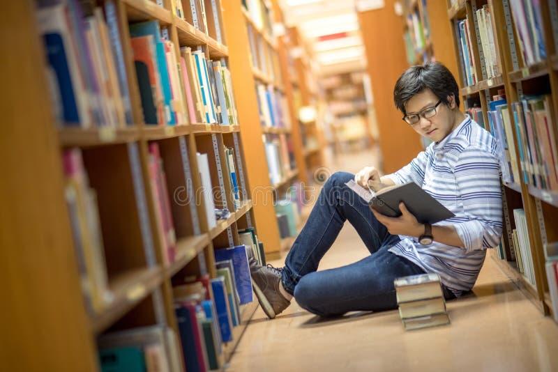 Młody Azjatycki student uniwersytetu w bibliotece obrazy royalty free