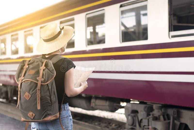 Młody Azjatycki turysta jest cieszy się podróżować pociągiem wewnątrz podczas urlopowego lata obrazy stock