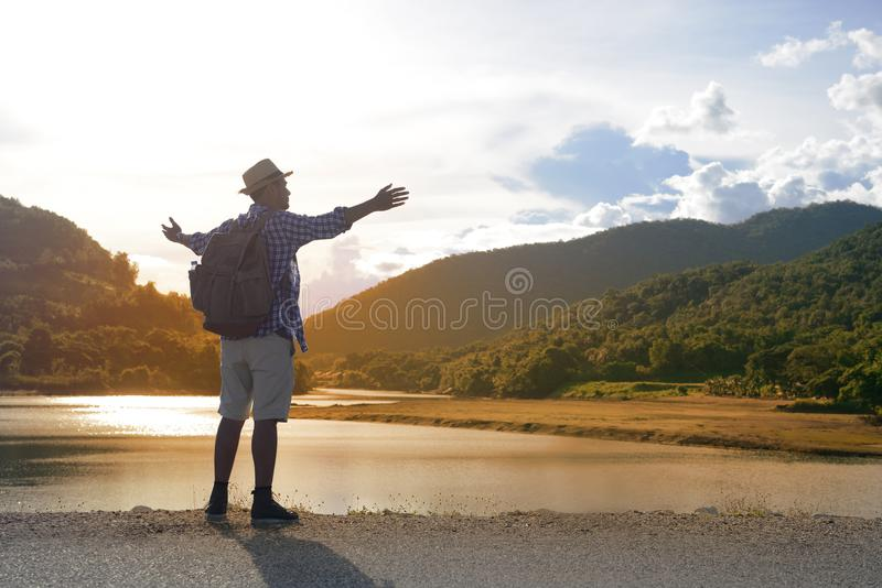 Młody Azjatycki turystyczny mężczyzna z plecakiem obraz stock