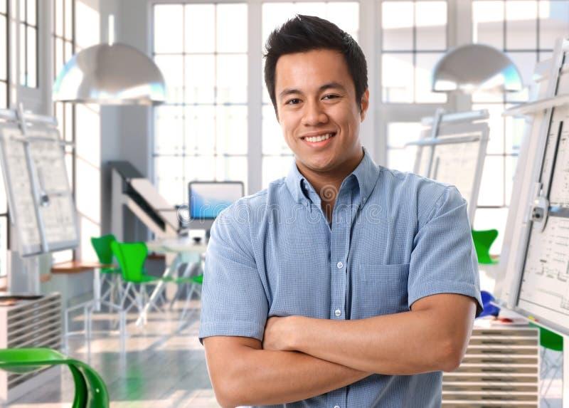 Młody azjatykci architekt przy projekta studiiem zdjęcie royalty free