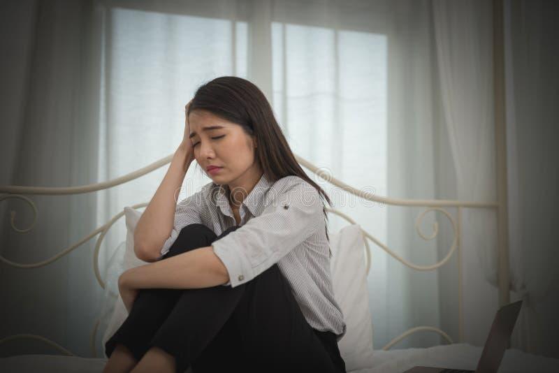 Młody azjatykci bizneswomanu odczucie stresujący się, zmartwienie, migrena, d/smutny, płacz/ fotografia royalty free