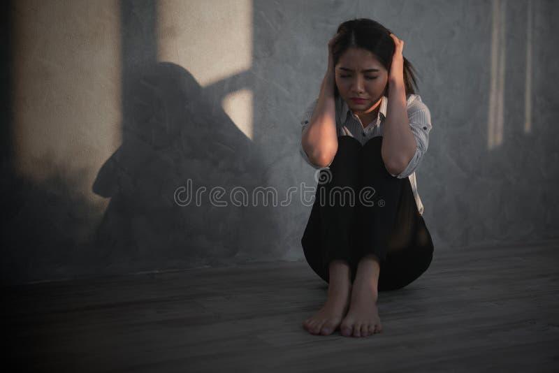 Młody azjatykci bizneswomanu odczucie stresujący się, zmartwienie, migrena, d/smutny, płacz/ fotografia stock