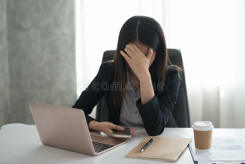 Młody azjatykci bizneswomanu odczucie stresujący się, zmartwienie, migrena, disappoin/ obraz royalty free