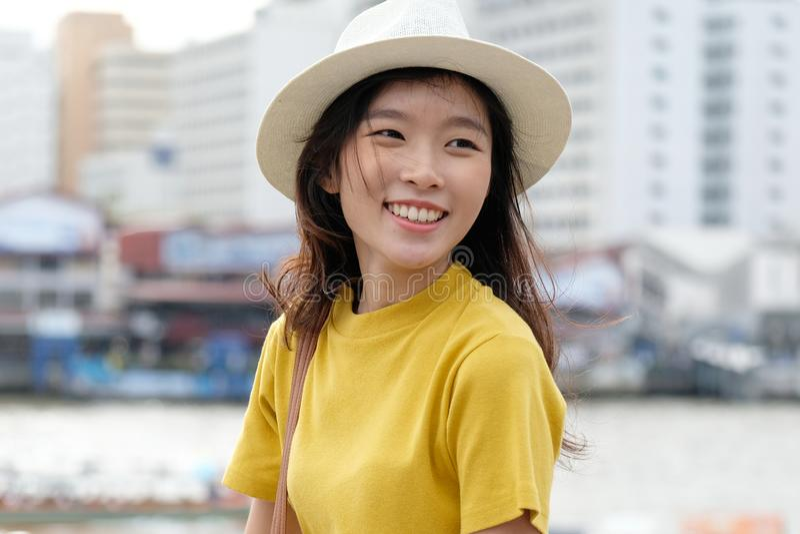 Młody azjatykci kobieta portret ono uśmiecha się z szczęściem przy miasta tłem outdoors, szczęśliwy moment, przypadkowy lifesyle, obrazy stock