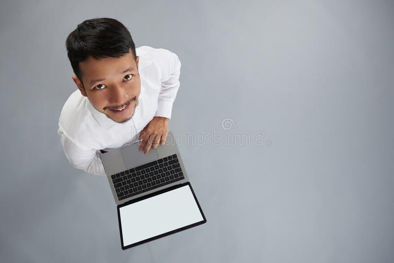 Młody azjatykci mężczyzna pracuje na laptopie obrazy royalty free